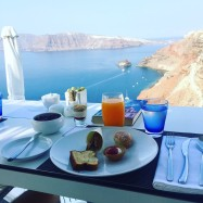 Breakfast with a view on the caldera
